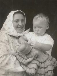 Jana Vozárová, roz. Šestáková, 1942 s maminkou, foceno kolem roku 1943
