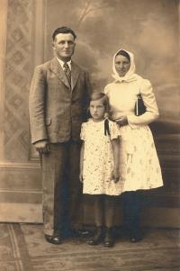 Tatínek František Šesták a maminka Antonie Šestáková, rozená Krausová, s dcerou Annou (1934), foceno kolem roku 1946