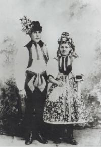 Babička a dědeček z otcovy strany Jany Vozárové, Rosálie, roz. Nedbalová, 1875, a Jan Šesták, 1879