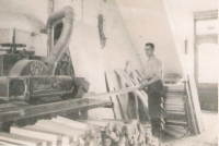 Otec ve stolařské dílně ve Francii, asi 1946