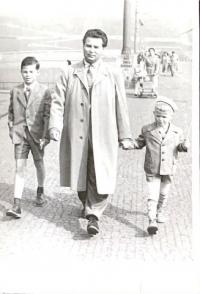 Ota Šik se syny Miroslavem a Jiřím na Prvního máje v Praze