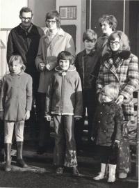 Rodina Lachmanova před domem na sídlišti, Jan třetí zprava, Kdyně, 1972