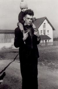 S tatínkem v Sudetech, asi 1940
