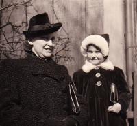 Karolina mit ihrer Tante