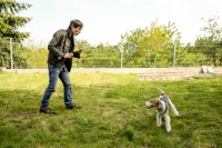 Momentka Rastislava Šenkirika pri hre so psom