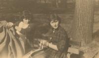 Ze studií ve Zlíně, Jana Vozárová (vpravo) se spolužačkou
