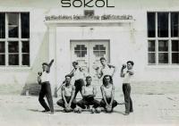 Sokolové v Řevníčově, sedící vlevo je Rudolf Hajný, tchán Karla Kuchynky
