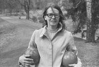 Zorka Ságlová při Házení míčů do průhonického rybníka Bořín, duben 1969