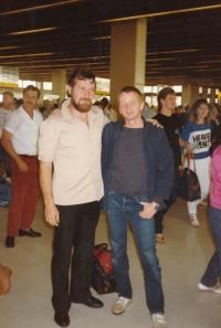 Josef Motyčka a Leoš Válka na letišti v Melbourne, 1987