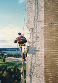 Josef Motyčka při opravě mrakodrapu v Austrálii, 1987