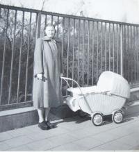 Jarmila Ježová s maminkou, přelom roku 1952 a 1953