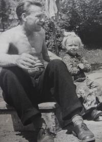 S dědečkem Rudolfem Kroupou, kolem roku 1954