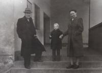 S dědečkem Rudolfem Kroupou a babičkou Marií Kroupovou před Masarykovou základní školou v Brně v Zemědělské ulici, kolem roku 1958