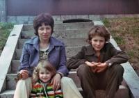 S maminkou a sestrou na Rohuli, Ledečsko, 1979