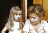 V Podolí se sestrou Haničkou, 1981
