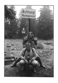 Martin Adámek s přáteli na Trojmezí na Šumavě po otevření hranic v roce 1990.