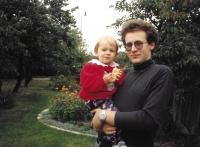 S prvorozenou dcerou Hedvičkou, 1998