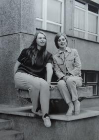 S kamarádkou Boženou Doležalovou během studia obchodní školy v Charbulově ulici v Brně, kolem roku 1971