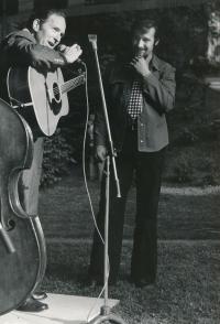 Josef Motyčka při koncertu bluegrassové kapely McLain Family Band, americká ambasáda v Praze, 5. června 1975
