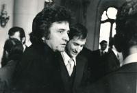 Návštěva Johnnyho Cashe na americké ambasádě v Praze, Josef Motyčka v pozadí; 1978