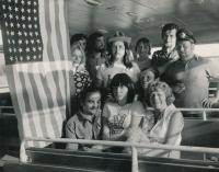 Oslavy výročí 200 let od založení USA s lidmi kolem kapely Greenhorns, přehrada Slapy, 1976