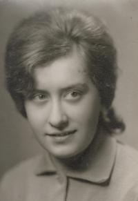 Anna Antlová, roz. Mátlová, maturitní fotografie, 1963