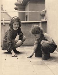 Hana Junová a sestřenice Evička Frischmannová (zahynula zřejmě v Osvětimi)