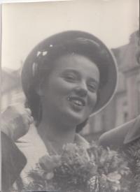 Hana Junová, nevěsta
