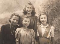 Eva s kamarádkami za války