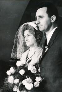 Svatební fotografie Zdeňka Hubáčka a jeho nevěsty Jany, za svobodna Skokanové