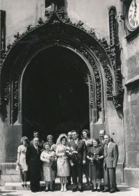 Svatební fotografie Zdeňka Hubáčka a jeho manželky Jany s jejich rodinami