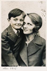 Zdeněk Hubáček se svou maminkou ve 30. letech minulého století