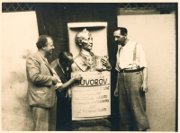 Tatínek Zdeňka Hubáčka Jan Evangelista Hubáček (vpravo) u svého sochařského díla, busty ruského vojevůdce Suvorova