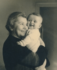 Babička Hermína Vohryzková s Hanou, 1938