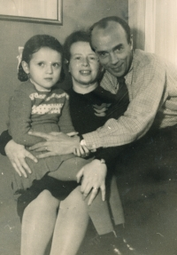 Hana, Anna a Karel Smržovi, cca 1945