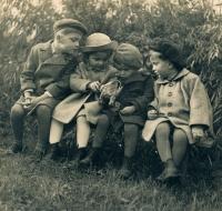 Hana Junová (druhá zleva) s bratranci, cca 1941