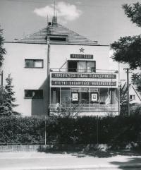 Dům v Hermelitské, v němž Smržovi žili, počátek 50. let