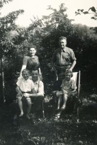 Matka, otec, dole: bratr, strýc, Marie; 1949