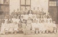 Anna Bařinová vpravo od učitelky