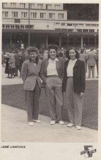 Foto z lázní, Anna Bařinová vlevo