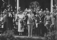 E. Beneš, P. Zenkl a starosta ČOS přihlížejí průvodu sokolstva Prahou, 6. 7. 1938, foto ČTK