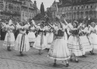 Sokolky v národních krojích při průvodu Prahou, 6. 7. 1938, foto ČTK