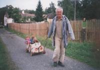 Jaromír Juna s vnoučaty v autíčku vlastní výroby