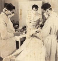 Jiří Lexa (vpravo) na vojně ve slovenské Kuchyni; útvaroví zdravotníci si hrají na operaci, 1961