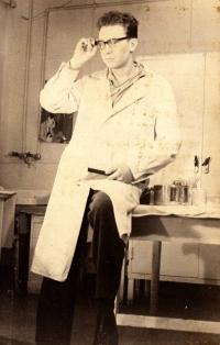 Jiří Lexa jako zdravotník na ošetřovně v kasárnách ve slovenské Kuchyni, 1961