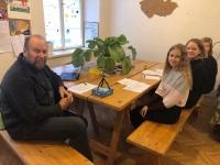 Žáci ZŠ Švehlova během nahrávání pamětníka Martina Adámka ve skautské klubovně oddílu Origami na pražském Novém Městě.