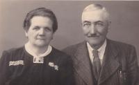 Dědeček Jan Smutný s babičkou Emilií - rodiče Emilie Trpákové