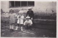 Se sourozenci Jiřím a Zdenou v Pacově, 1943
