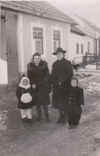S mamou, sestrou a rodinnou známou