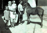 Rodina manželky (budoucí manželka K. Kuchynky je dívka vlevo)
